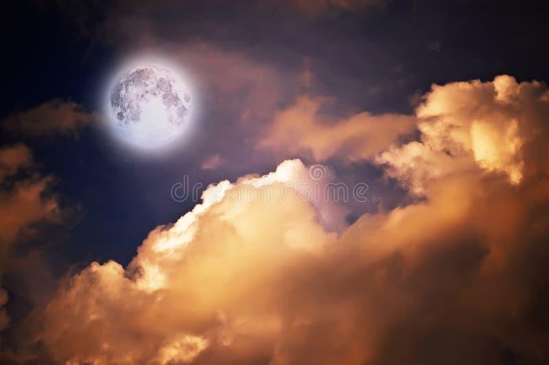 Luna magica sopra le nubi fotografia stock libera da diritti