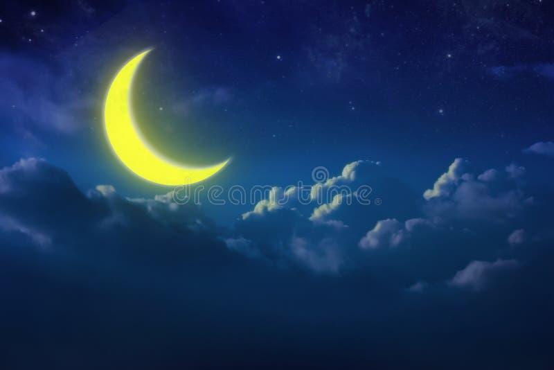 Luna a medias amarilla detrás de nublado en el cielo y la estrella en la noche outdoor imagen de archivo libre de regalías