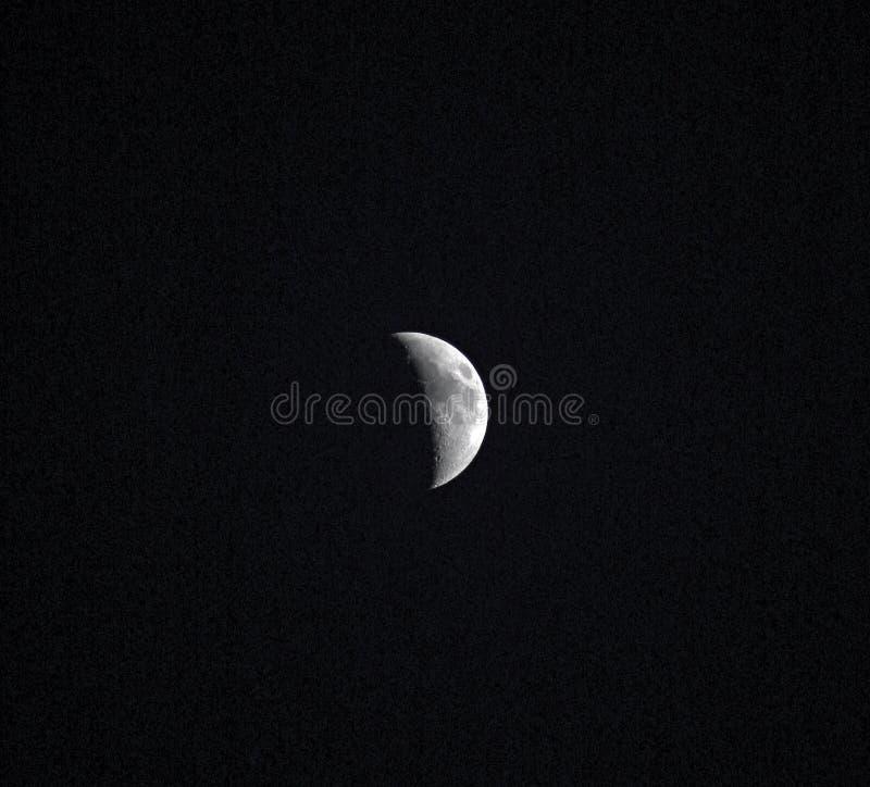 Luna mezza nel cielo notturno immagini stock libere da diritti