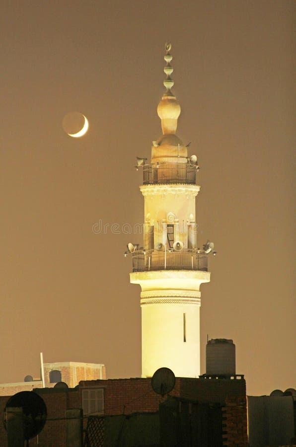 Luna Nueva con la mezquita vieja fotografía de archivo