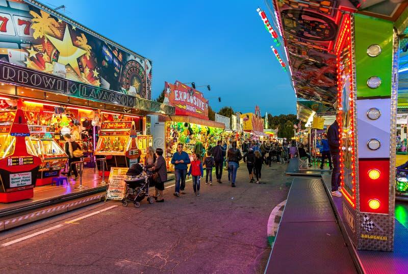 Luna Park à la soirée dans alba, Italie photographie stock libre de droits