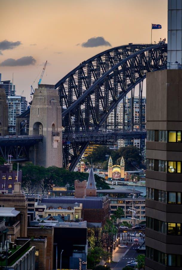Luna Park ablaze onder de schaduw van de Sydney Harbour Bridge stock afbeelding