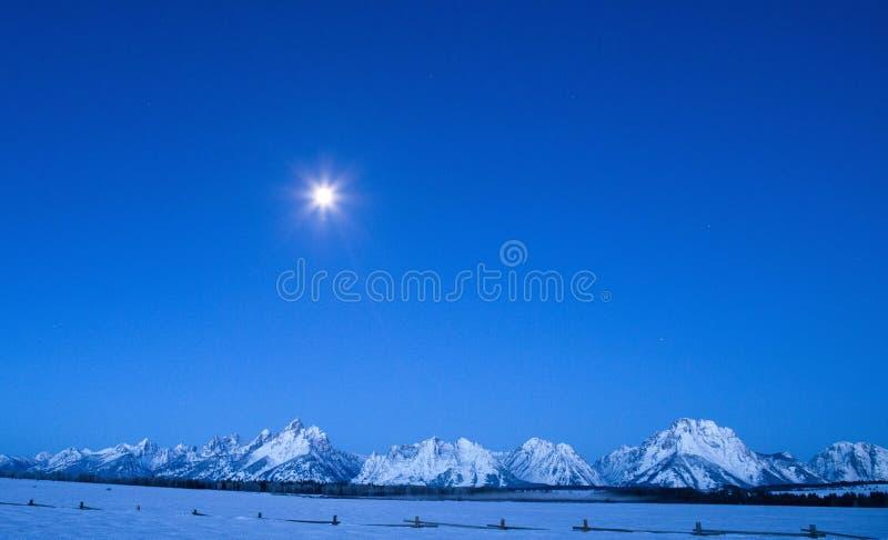 Luna piena al grande parco nazionale di Teton nell'inverno fotografia stock