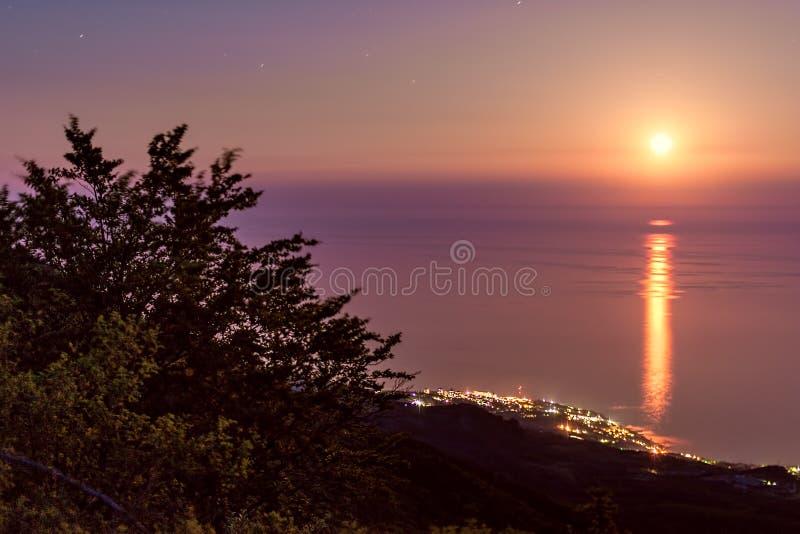 Luna piena al Mar Nero, Crimea, Ucraina immagini stock