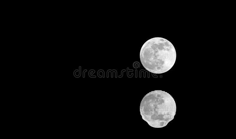 luna piena argentea con la riflessione su acqua nera alla mezzanotte e fotografia stock libera da diritti
