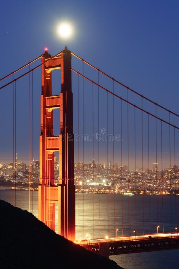 Luna piena che aumenta sopra golden gate bridge immagini stock