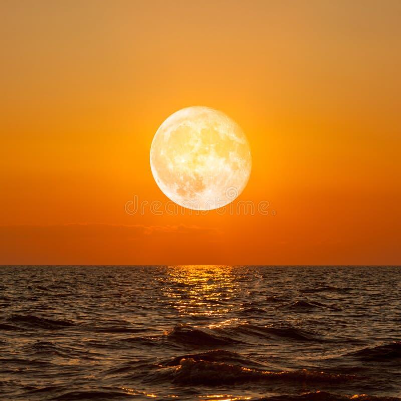 Luna piena che aumenta sopra l'oceano vuoto immagini stock libere da diritti
