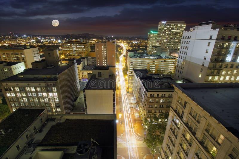 Luna piena che aumenta sopra Portland Oregon immagine stock libera da diritti