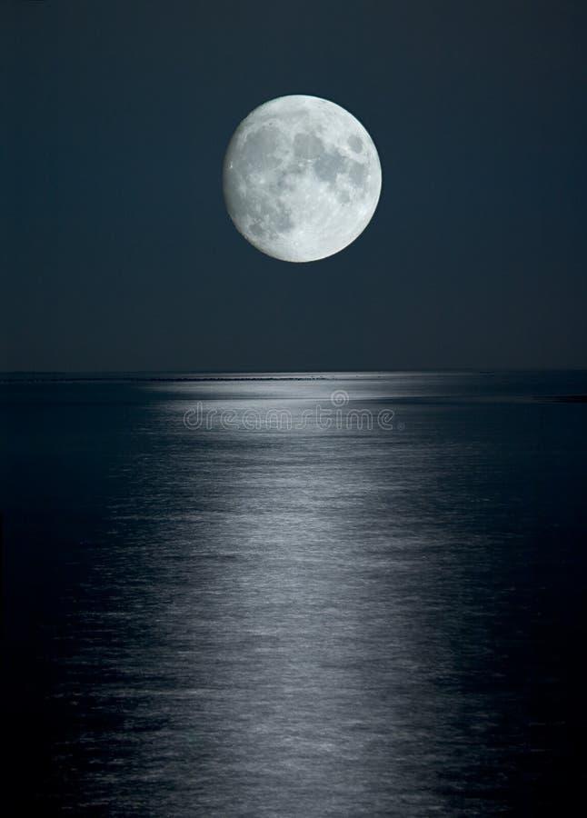 Luna piena in cielo nero immagine stock