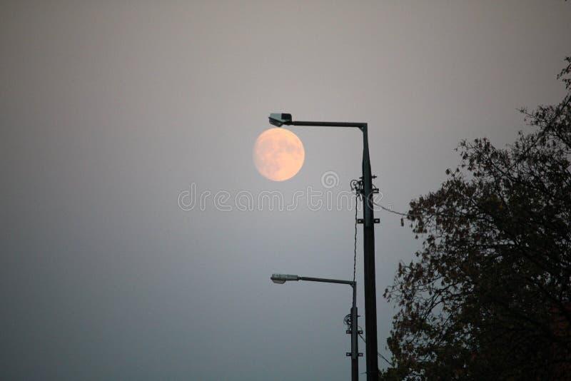 Luna piena con la priorità alta della posta della lampada di via fotografie stock