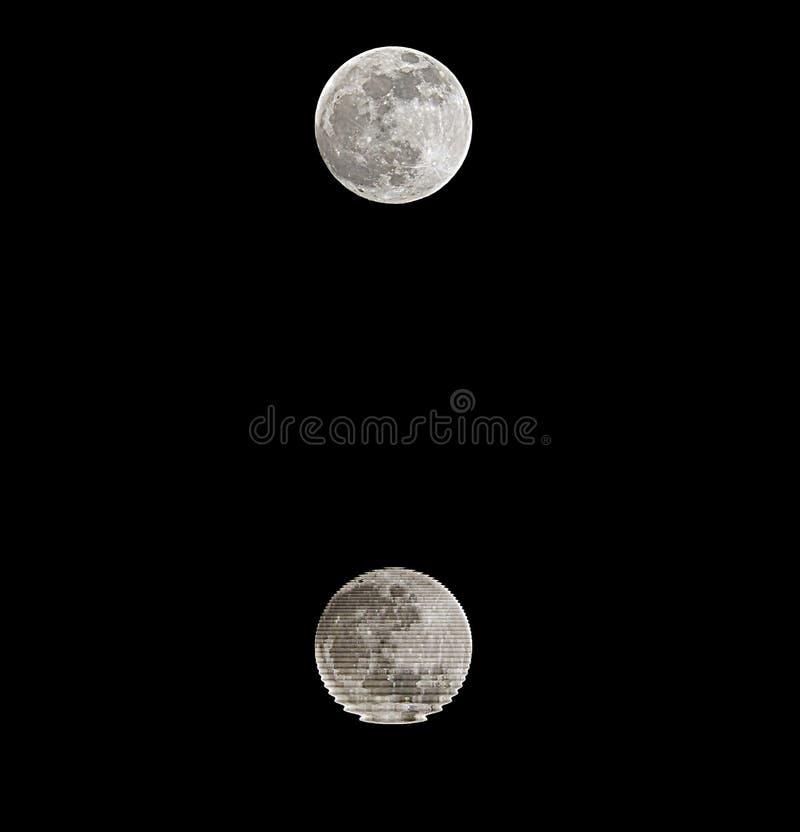 luna piena con la riflessione su acqua alla mezzanotte ed al cielo nero fotografia stock libera da diritti