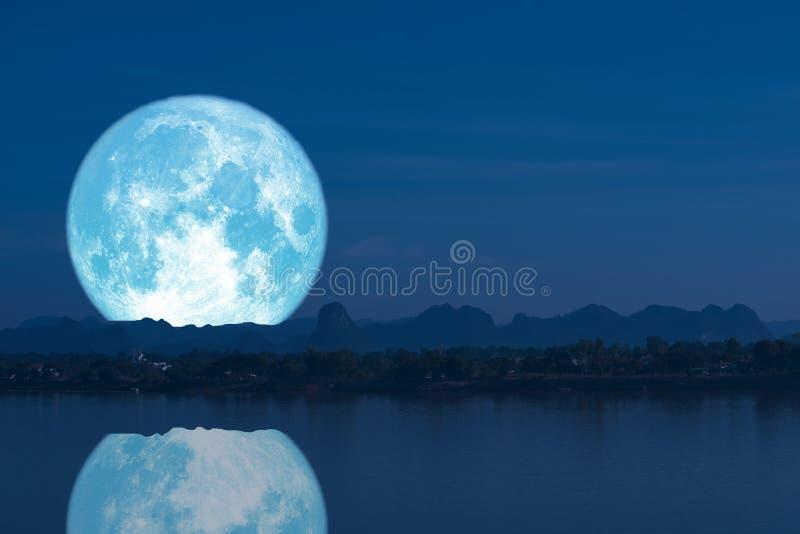 luna piena del latte indietro sulla montagna e sulla riflessione della siluetta sul cielo notturno del fiume immagine stock libera da diritti