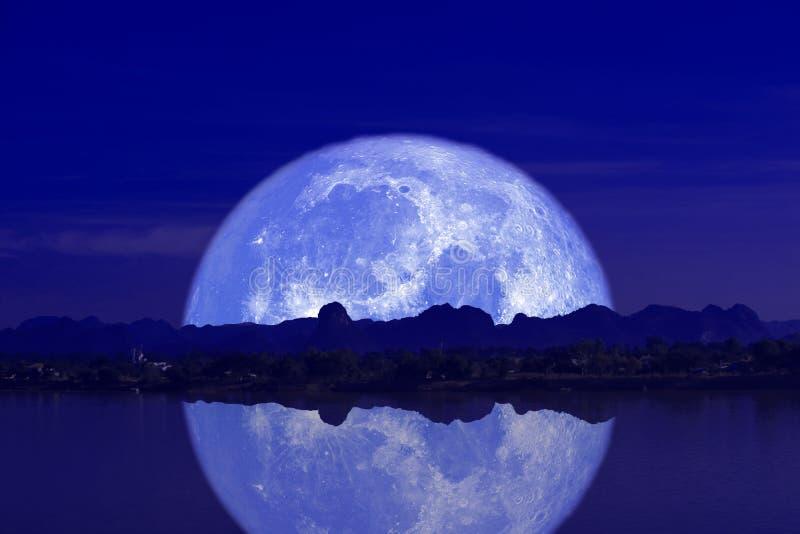 luna piena del latte indietro sulla montagna e sulla riflessione della siluetta sul cielo notturno del fiume fotografia stock libera da diritti