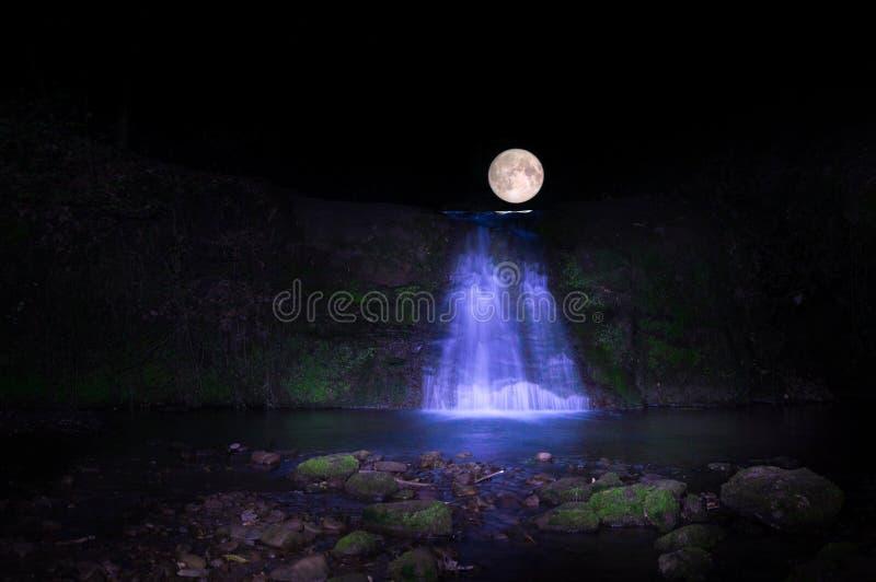 Luna piena durante la caduta dell'acqua immagine stock