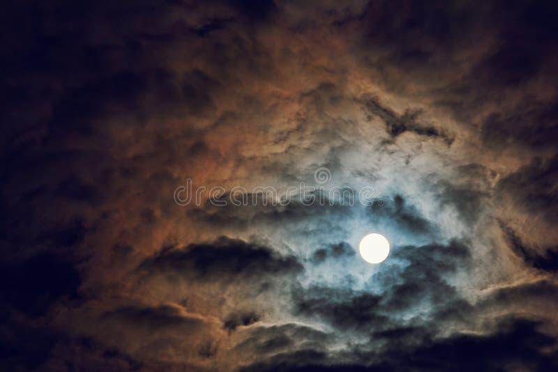 Luna piena e cielo nuvoloso, atmosfera misteriosa di notte, fantasia e concetto misterioso di luce della luna, spazio della copia fotografie stock libere da diritti