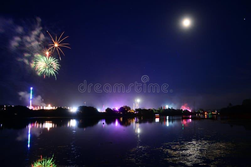 Luna piena e fuochi d'artificio al festival 2108 dell'isola di Wight immagini stock libere da diritti