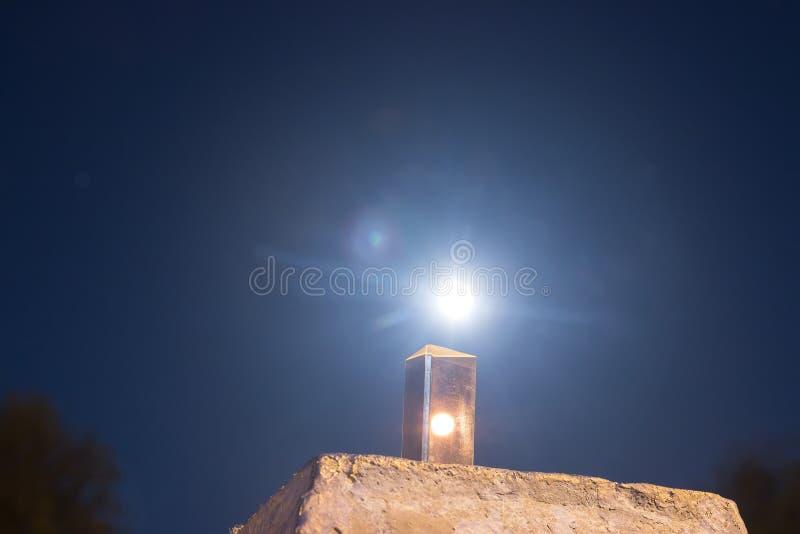 Luna piena nella vista di vetro immagine stock