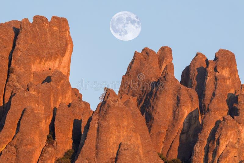 Luna piena sopra gli alti picchi fotografia stock libera da diritti