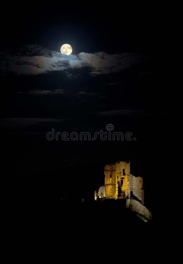 Luna piena sopra il castello di Corfe fotografia stock