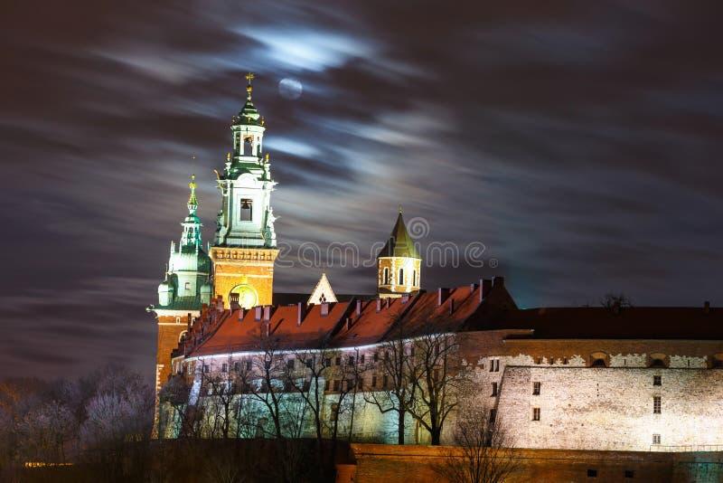 Luna piena sopra il castello di Wawel nella notte a Cracovia fotografia stock