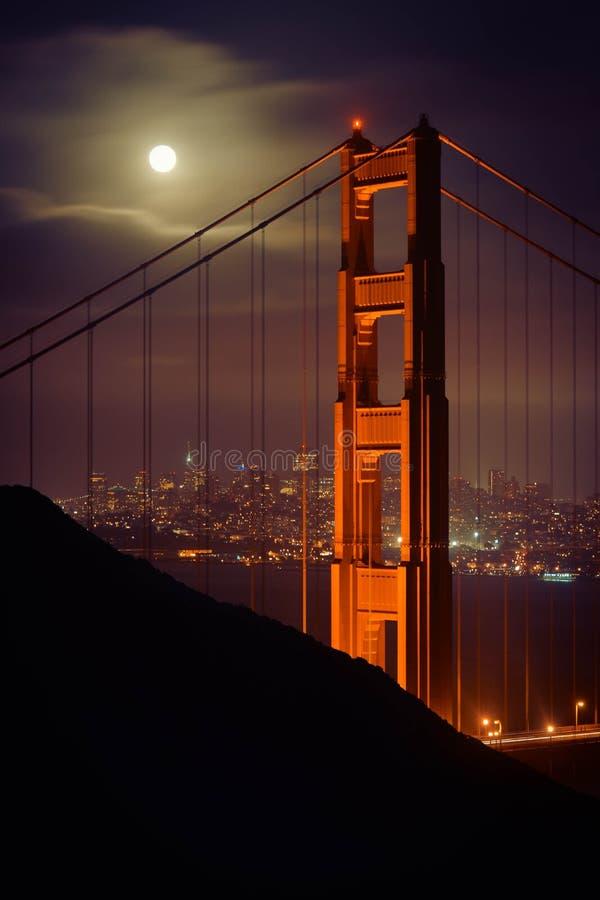 Luna piena sopra il Golden Gate fotografia stock