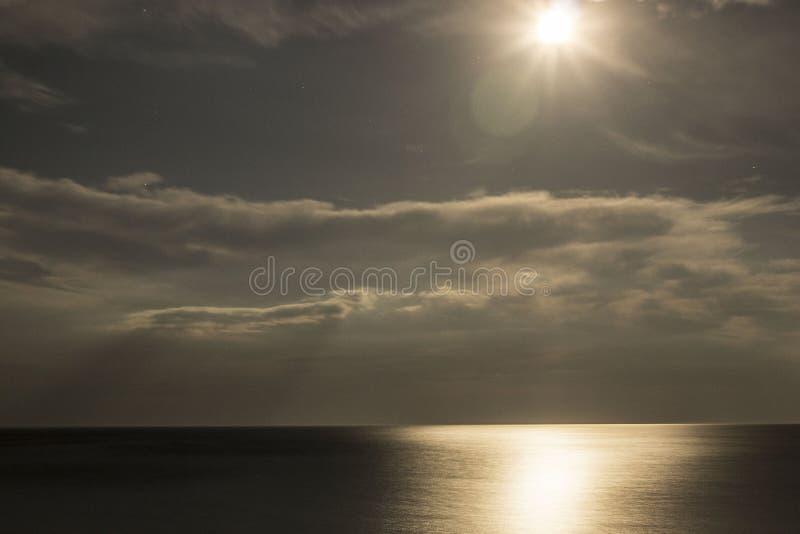 Luna piena sopra il Mar Nero immagine stock libera da diritti