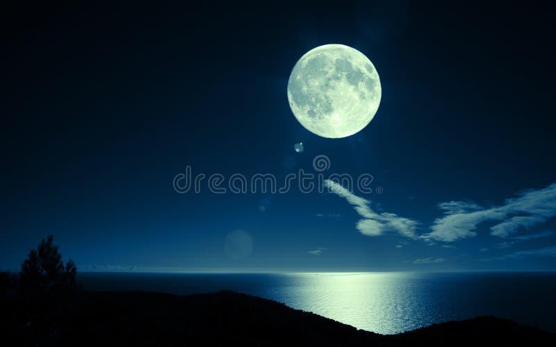 Luna piena sopra il mare immagini stock