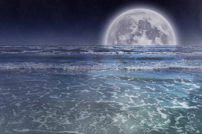 Luna piena sopra il mare fotografia stock libera da diritti