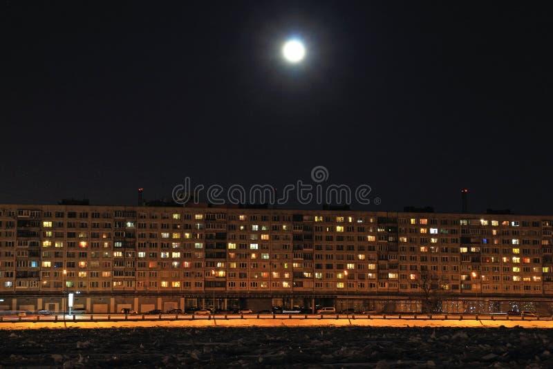 Luna piena sopra la costruzione di appartamento immagini stock