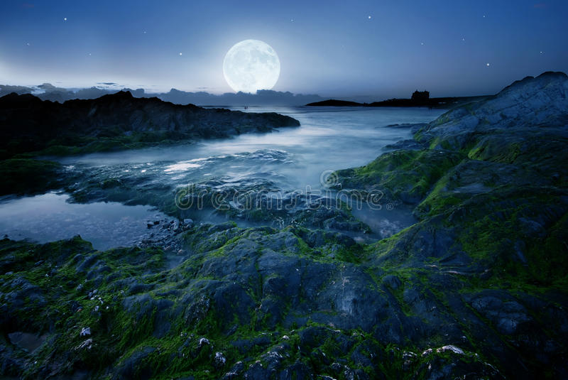 Luna piena sopra la spiaggia fotografia stock