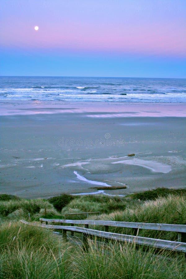 Luna piena sopra la spiaggia di Newport immagini stock libere da diritti