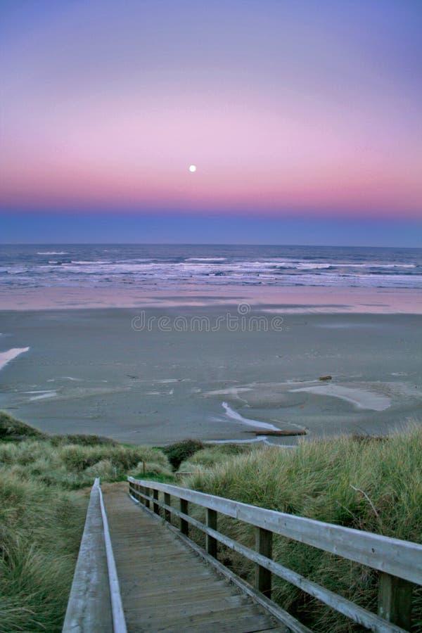 Luna piena sopra la spiaggia di Newport fotografie stock