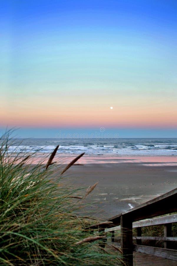 Luna piena sopra la spiaggia di Newport fotografie stock libere da diritti