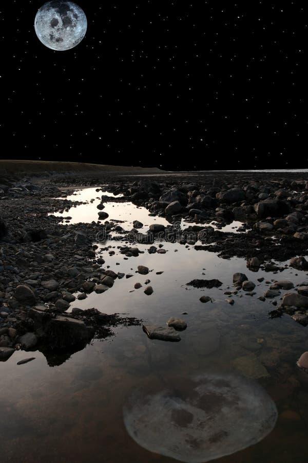 Luna piena sopra la spiaggia rocciosa del beale fotografie stock libere da diritti