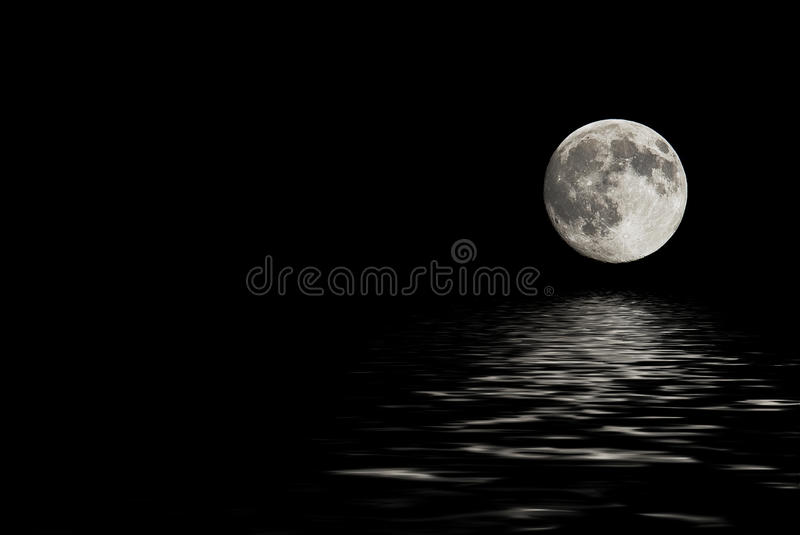 Luna piena sopra la superficie dell'acqua fotografia stock