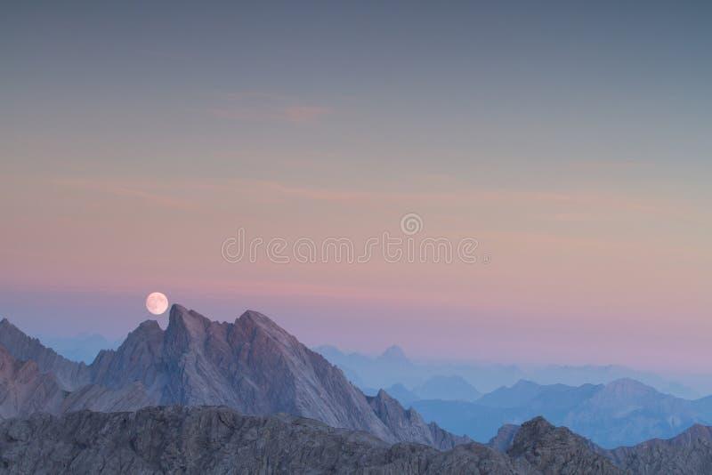 Luna piena sopra le creste della montagna fotografia stock libera da diritti