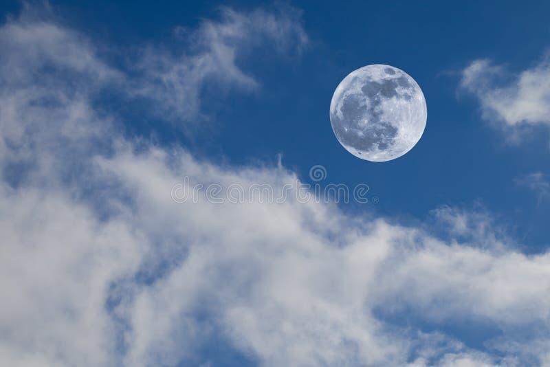 Luna piena su cielo blu con le nubi fotografia stock libera da diritti