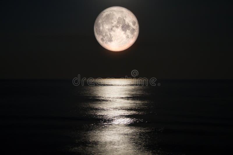 Luna piena sul mare immagine stock libera da diritti