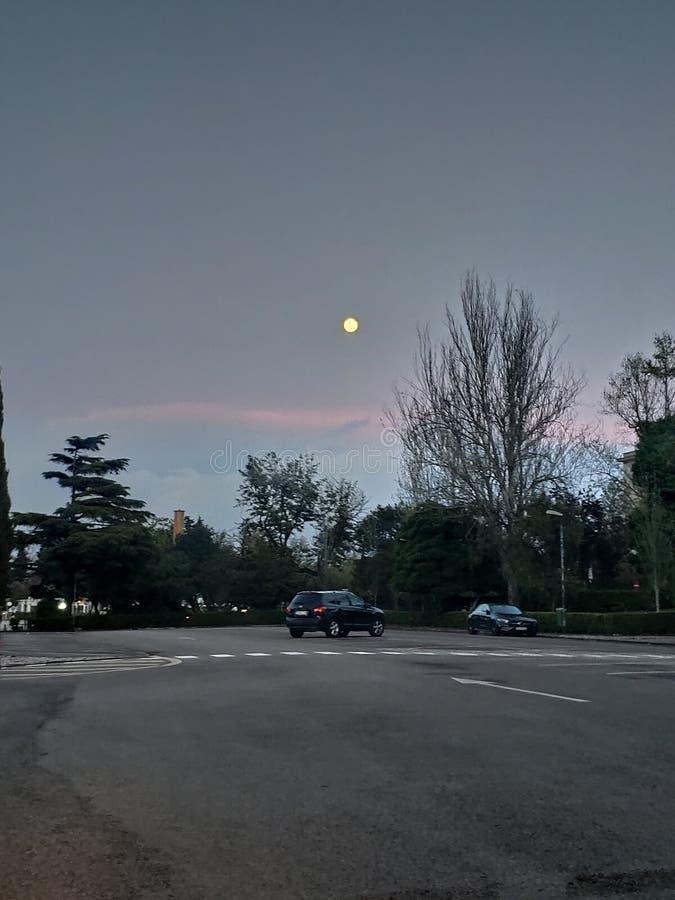 Luna piena in un parcheggio immagini stock