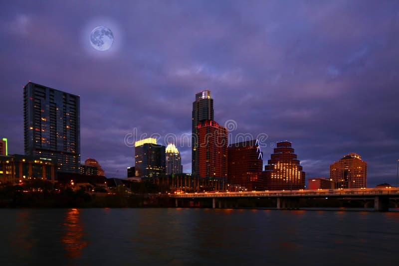 Luna que sube sobre Austin, Tejas fotografía de archivo libre de regalías