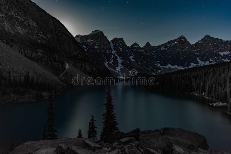 Luna que sube sobre la moraine del lago imagen de archivo libre de regalías