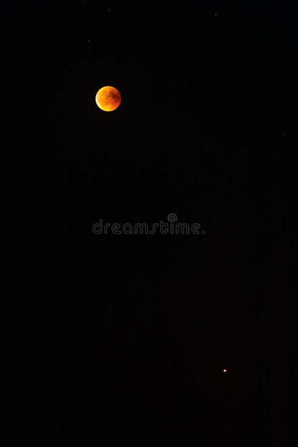 Luna roja de la sangre en la oscuridad del elipse lunar de la noche fotos de archivo
