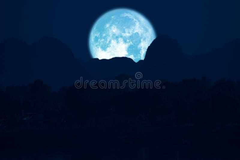 luna rosa su cielo notturno indietro sopra la montagna della siluetta fotografie stock