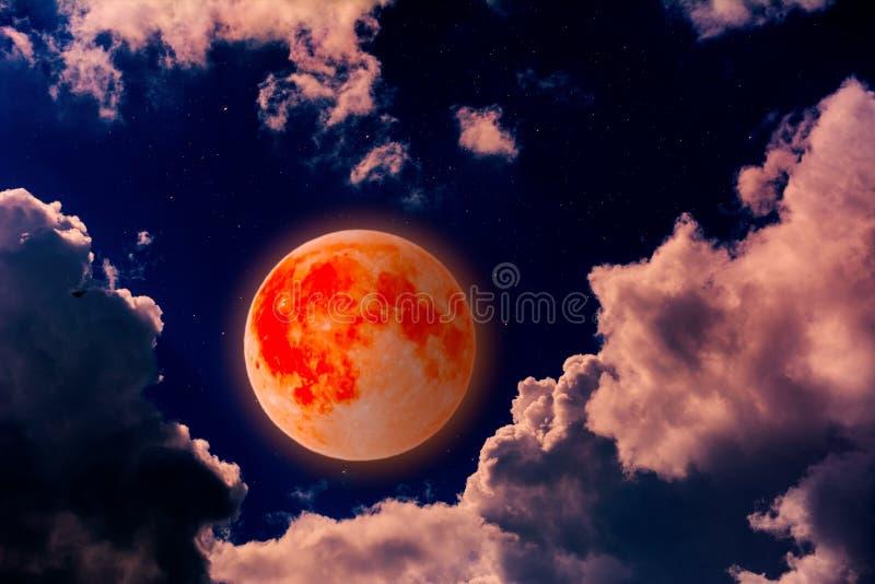 Luna sangrienta estupenda en nubes fotos de archivo