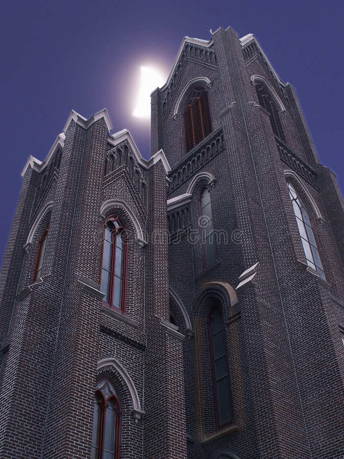 Luna sobre chapiteles de la iglesia fotografía de archivo