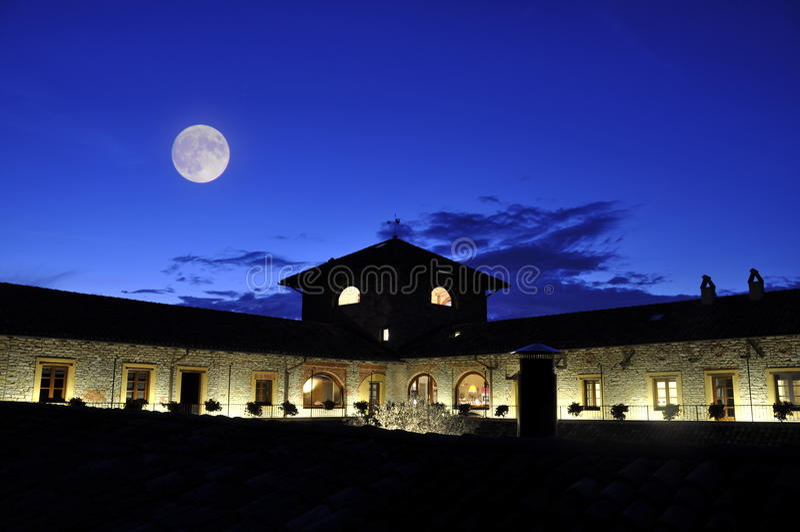 Luna sobre el edificio del hotel imágenes de archivo libres de regalías
