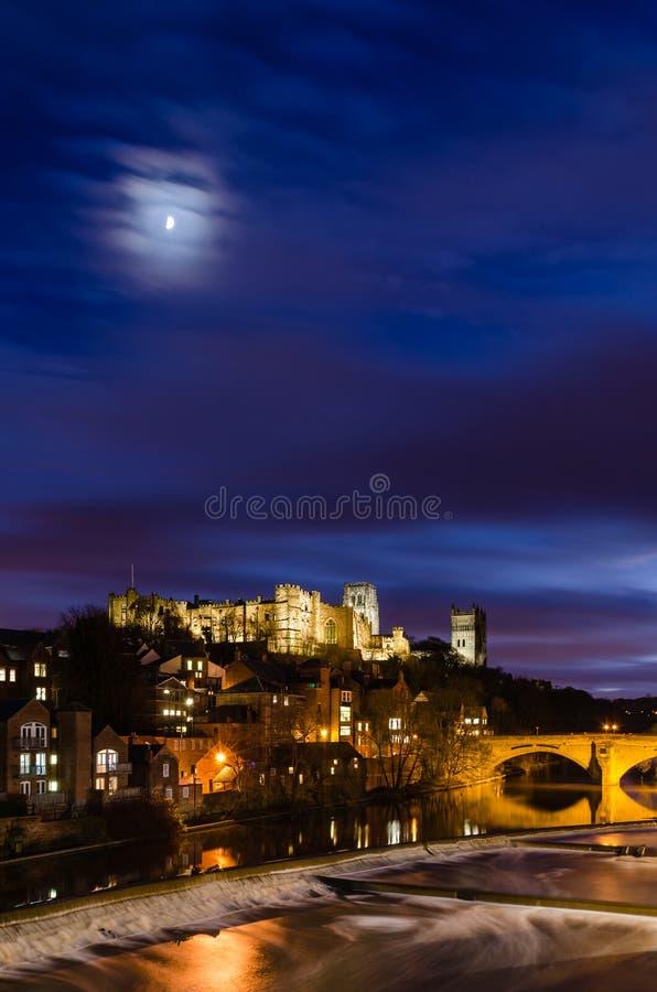 Luna sobre la ciudad de Durham en la oscuridad imagen de archivo libre de regalías