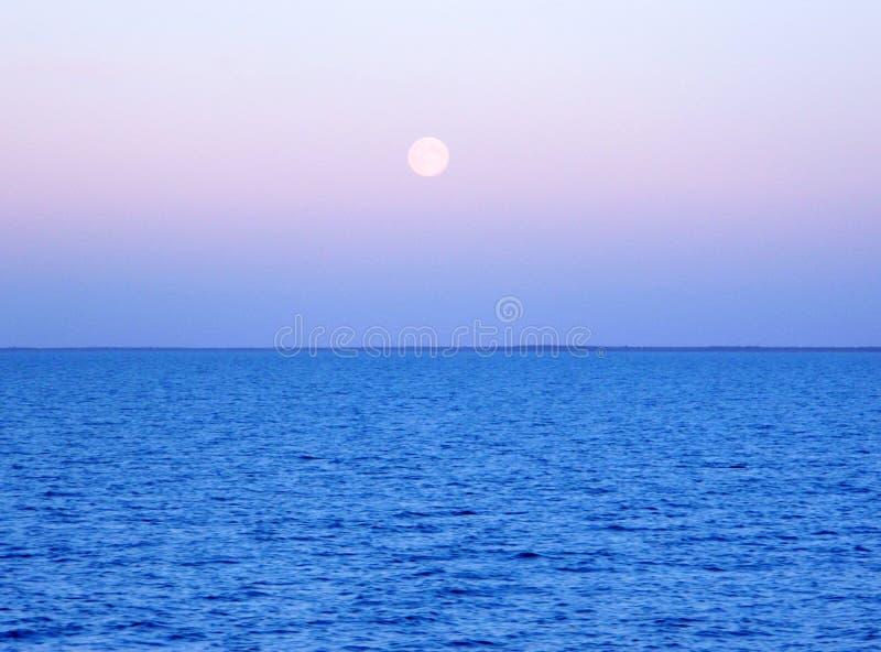 Luna sopra acqua immagine stock libera da diritti