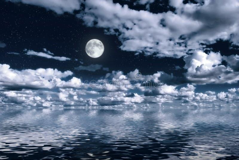 Luna sopra acqua fotografia stock libera da diritti