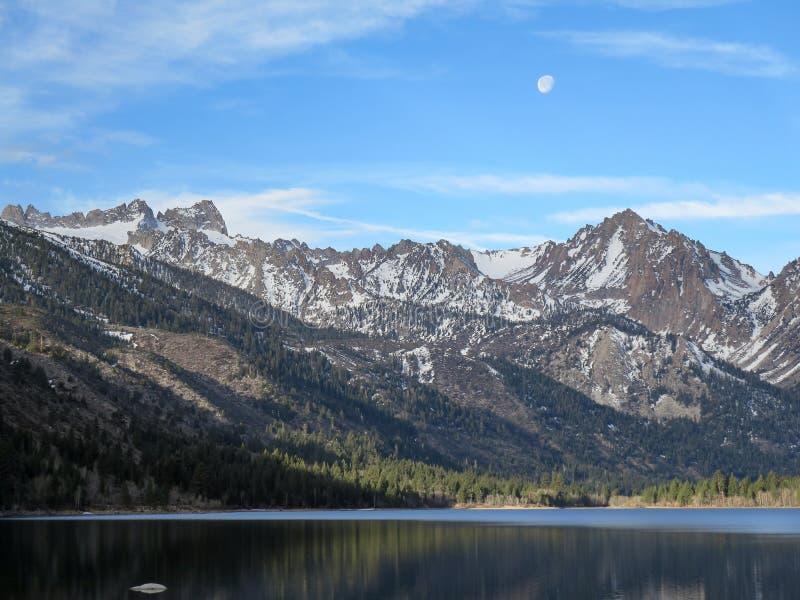 Luna sopra i laghi gemellati fotografia stock